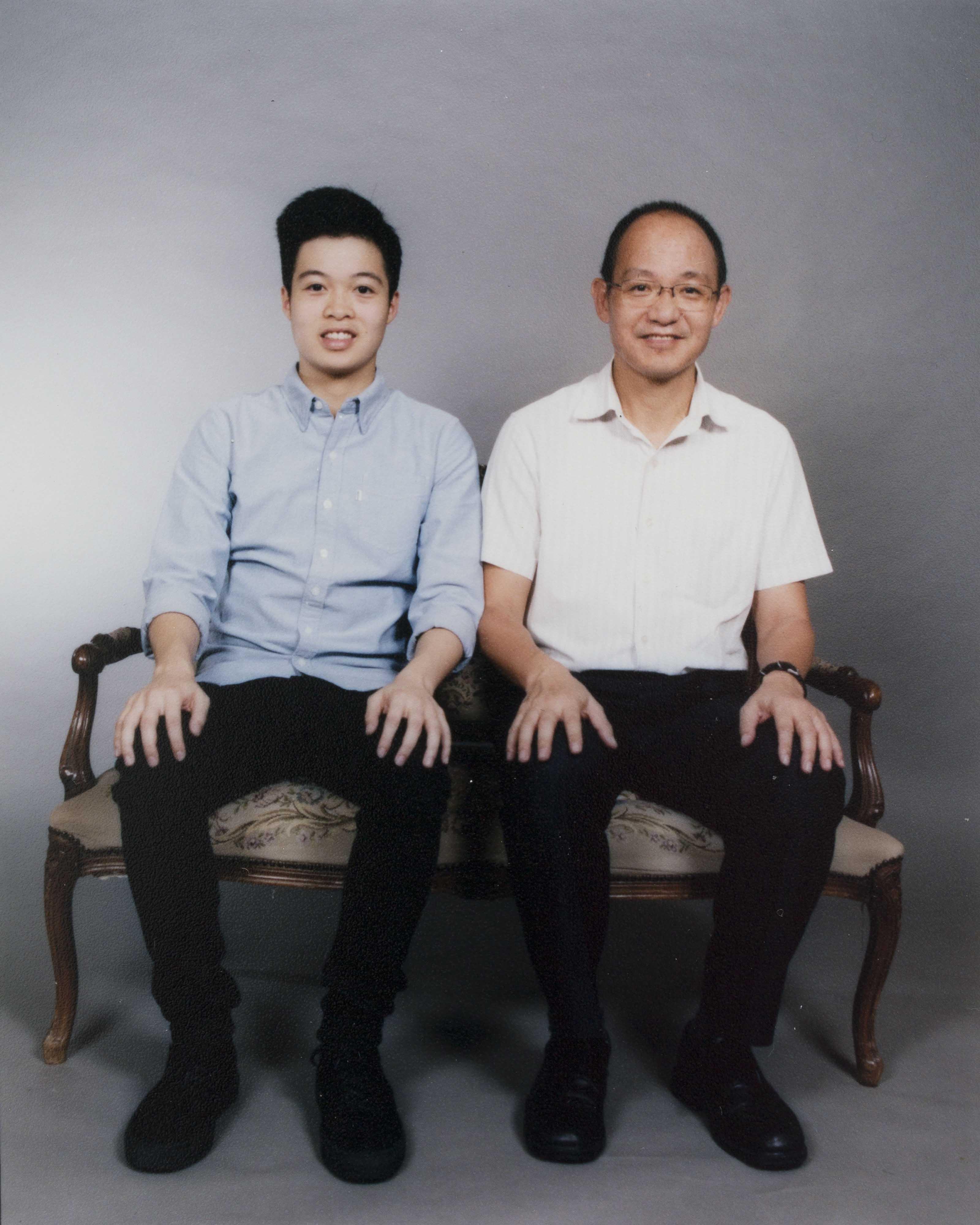 歐耀佳父子在影樓拍攝的合照。