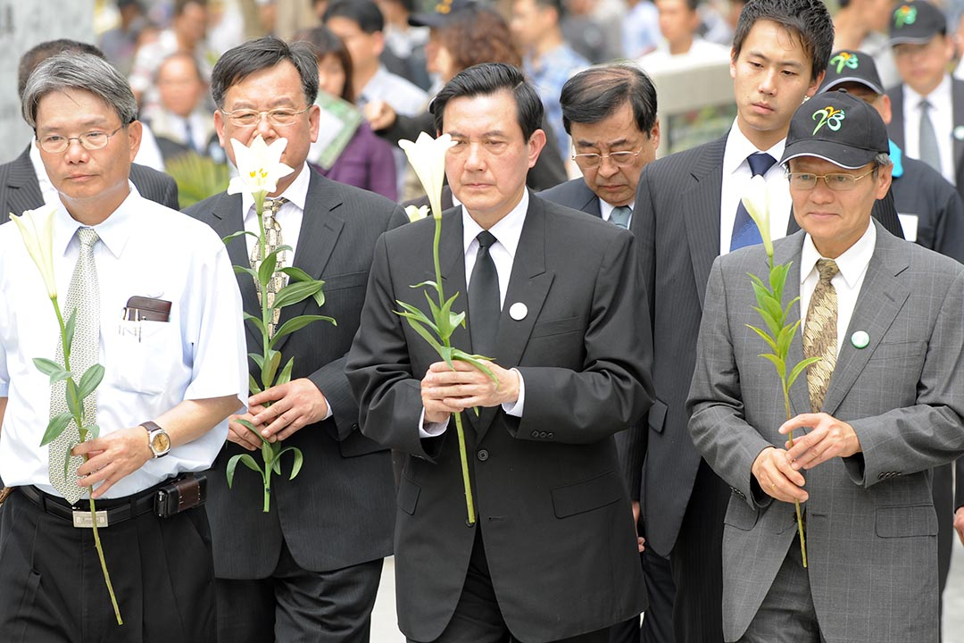 2009年2月28日,台灣高雄,台灣總統馬英九手持鮮花,出席「二二八事件」62周年悼念活動。攝:Sam Yeh/AFP