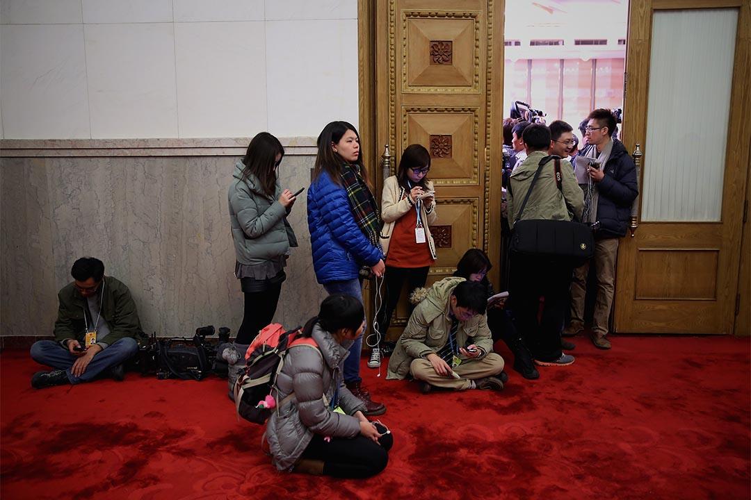 兩會期間一個新聞發布室外爆滿,記者在室外等候。攝:Feng Li/Getty