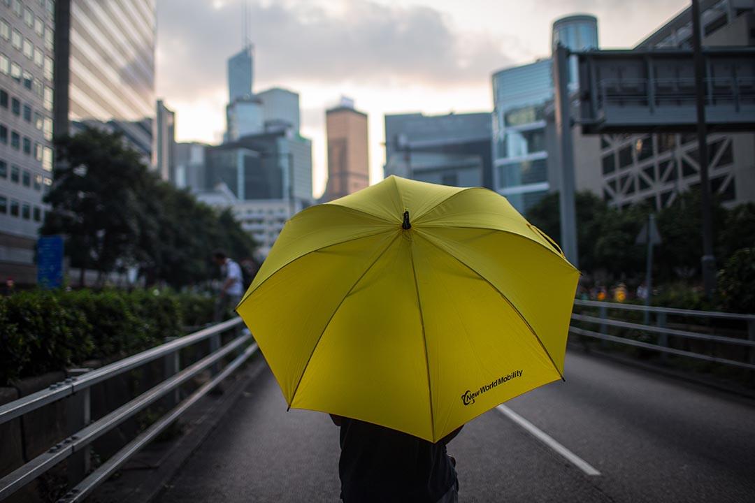 讓雨傘撫慰心靈,在撐起與收下雨傘之間,讓眼淚流下,然後拭去,然後彳亍前行。攝:Chris McGrath/Getty