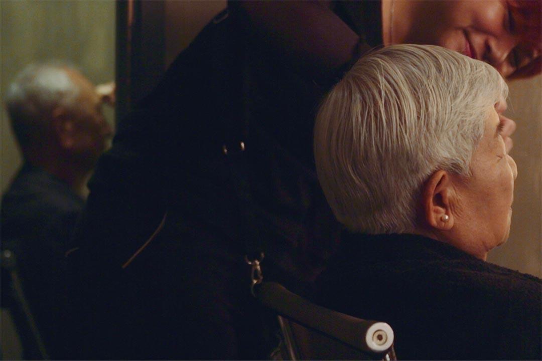 老年夫婦麥開榮和梁杏容在化妝室內準備。端傳媒攝影部