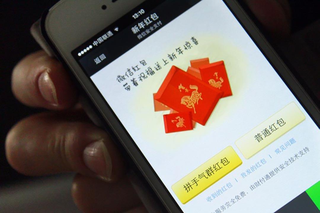 以微信、支付寶、百度錢包為首的互聯網金融,正在進行一場顛覆戰。圖為微信新年電子紅包。攝 : Imaginechina
