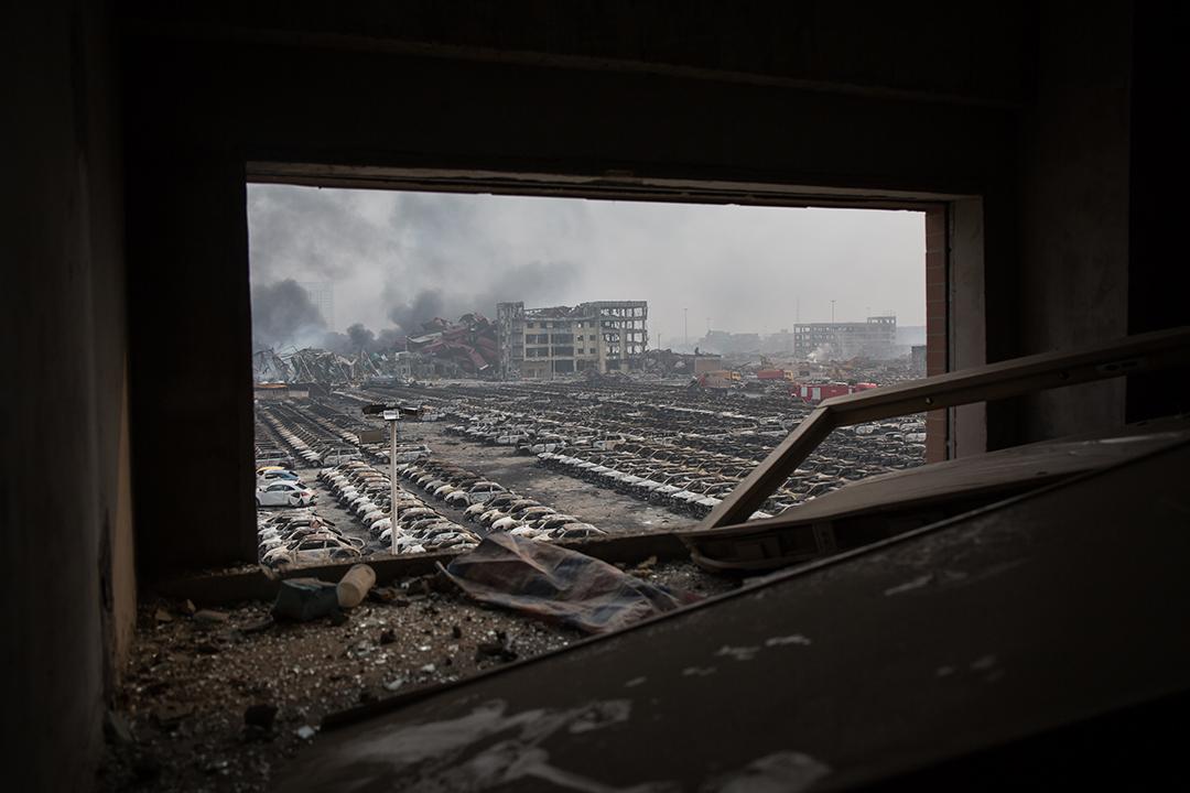 天津爆炸現場旁邊的房車殘骸。攝: Billy H.C. Kwok/ 端傳媒