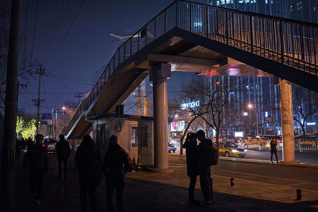 中國,一對情侶於晚上在分別前互相依偎。攝:Kevin Frayer/GETTY