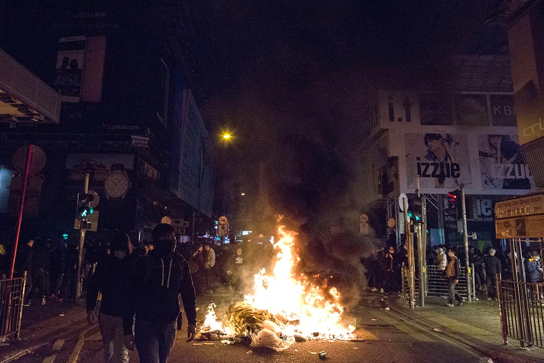2016年2月9日凌晨,香港旺角,示威者與警方發生衝突,期間有示威者在街上焚燒雜物。
