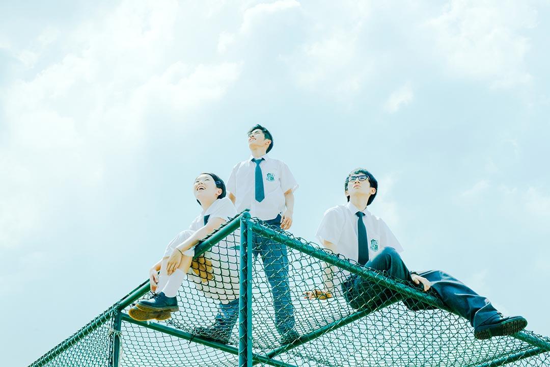《哪一天我們會飛》把中學時光放在1992年,三位年輕演員都恰如其分,甚至比楊千嬅、林海峰的演出更教人欣喜。圖片為電影劇照