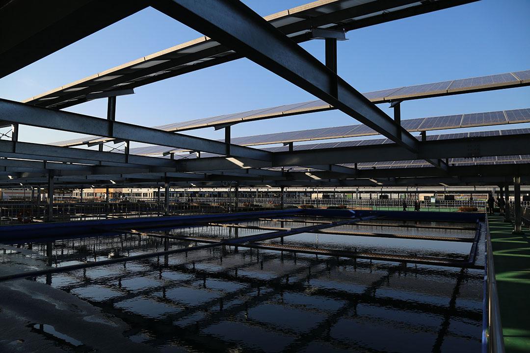 江北阿里水濾水廠上安裝的太陽能板,由企業安裝、運營,政府出租場地10年。攝:孫賢亮/端傳媒