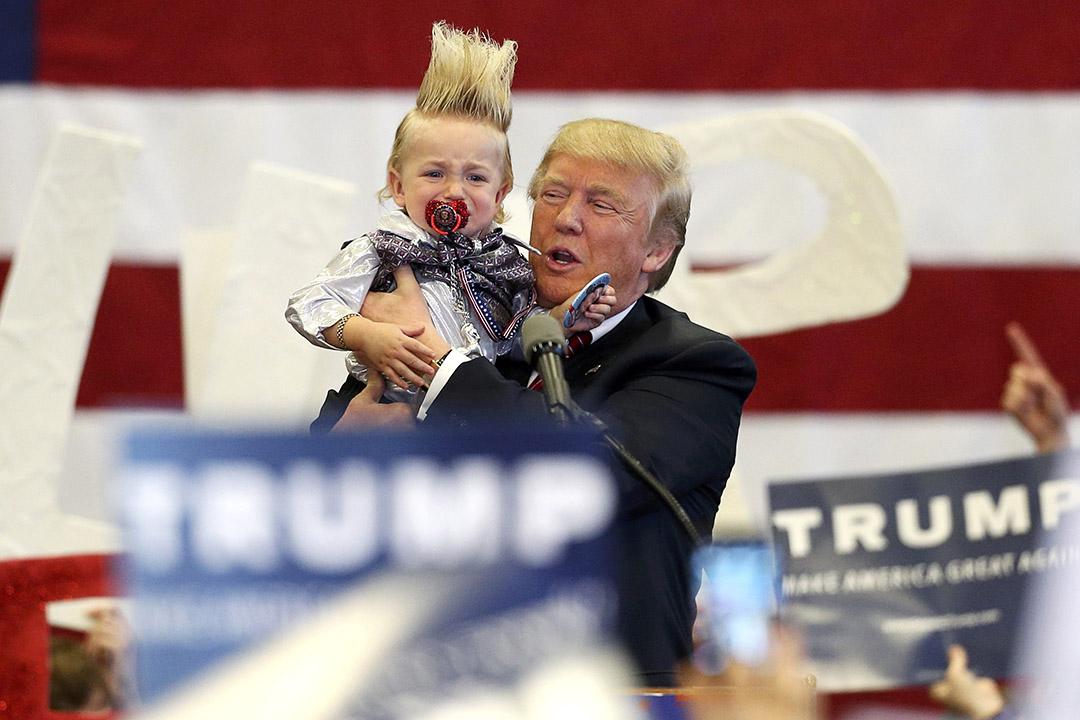 2016年3月4日,美國,路易斯安那州,共和黨候選人特朗普在競選活動中抱起一名正在落淚的嬰兒。攝:Layne Murdoch Jr./REUTERS