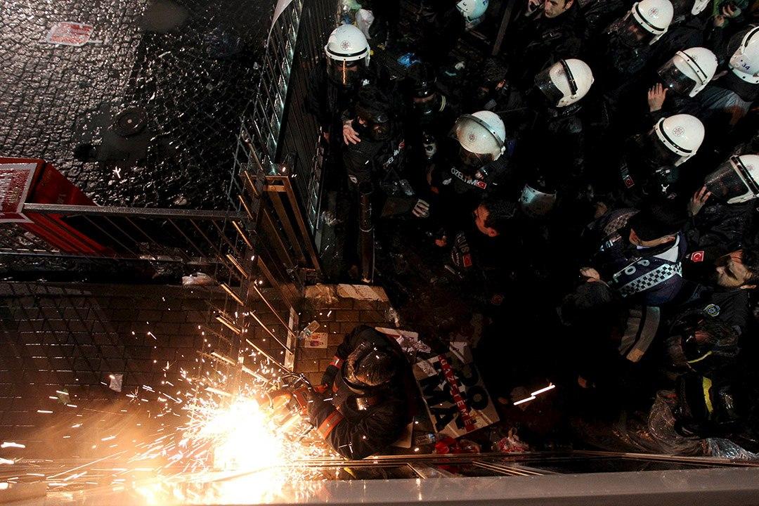防暴警察破門進入《時代報》報館。攝 : Turgut Engin/Zaman Daily/REUTERS