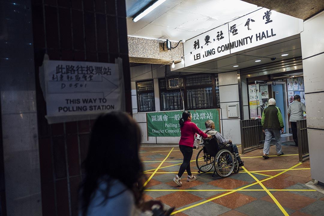 2015年11月22日,區議會選舉市民到票站投票。攝:Anthony Kwan/端傳媒