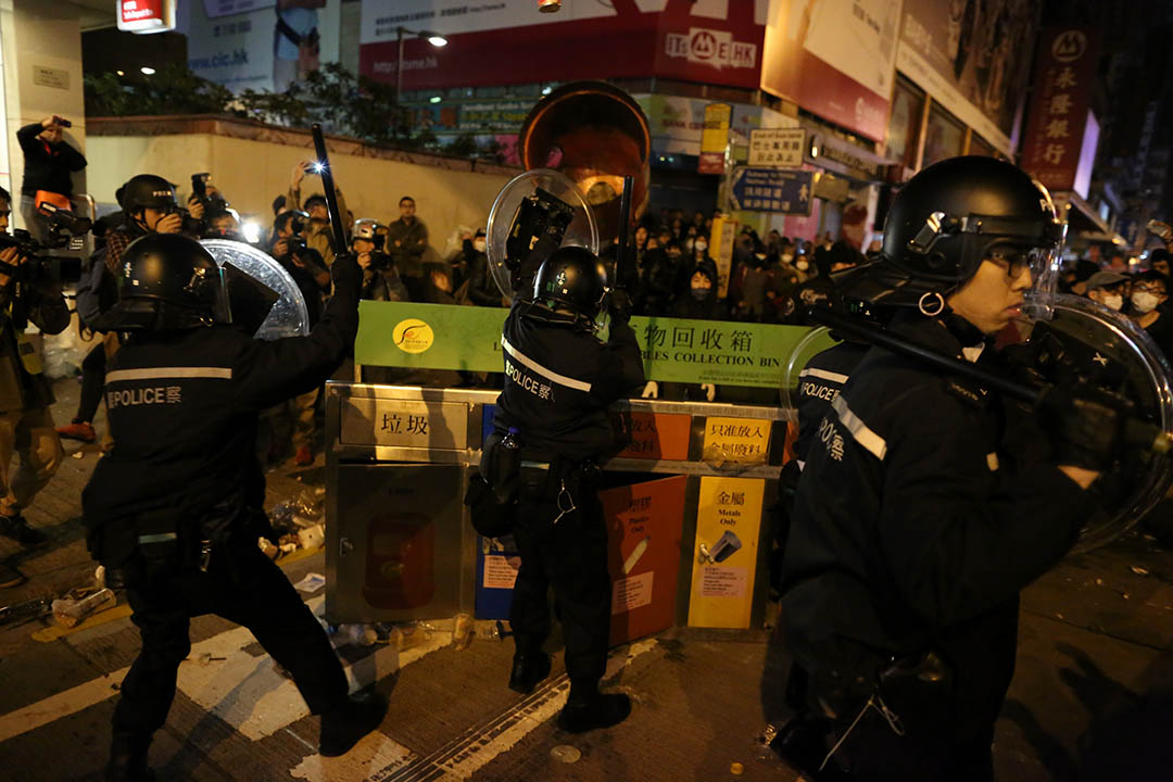 2016年2月9日凌晨,示威者在旺角彌敦道近銀行中心與警方發生衝突。攝:盧翊銘/端傳媒