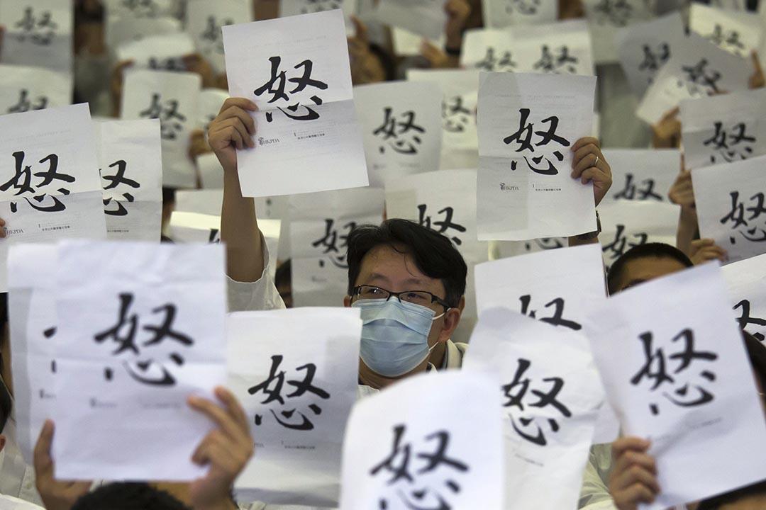 2015年10月21日,香港公共醫療醫生協會發起靜坐,不滿醫管局未有跟隨公務員薪酬調整機制,向高級醫生額外加薪。攝:羅國輝/端傳媒