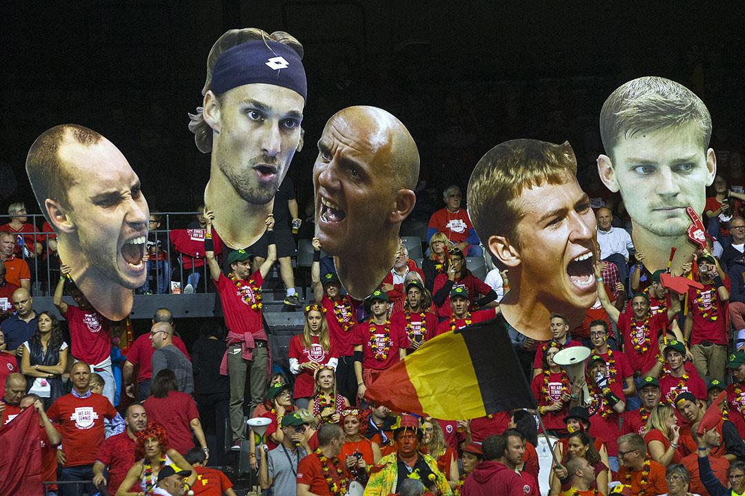 比利時球迷於台維斯盃,比利時對阿根廷的四強賽中高舉代表隊成員的肖像。 攝: Yves Herman/REUTERS