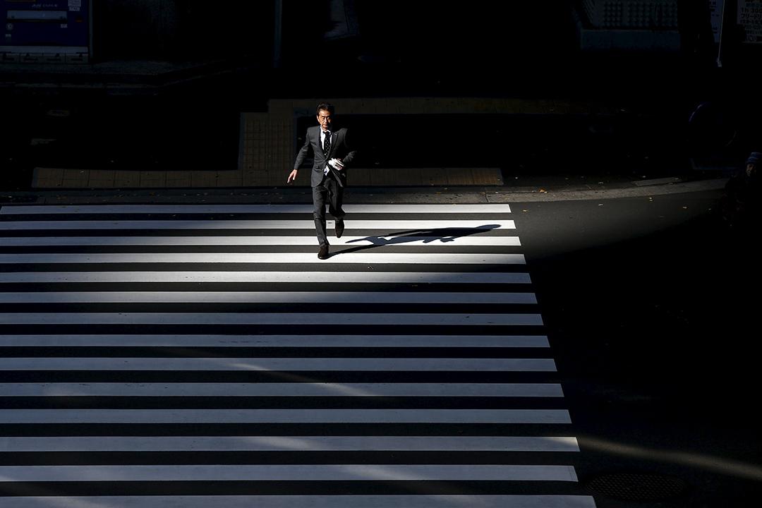 2016年1月20日,東京商業區中一名白領在過馬路。攝:Toru Hanai/REUTERS