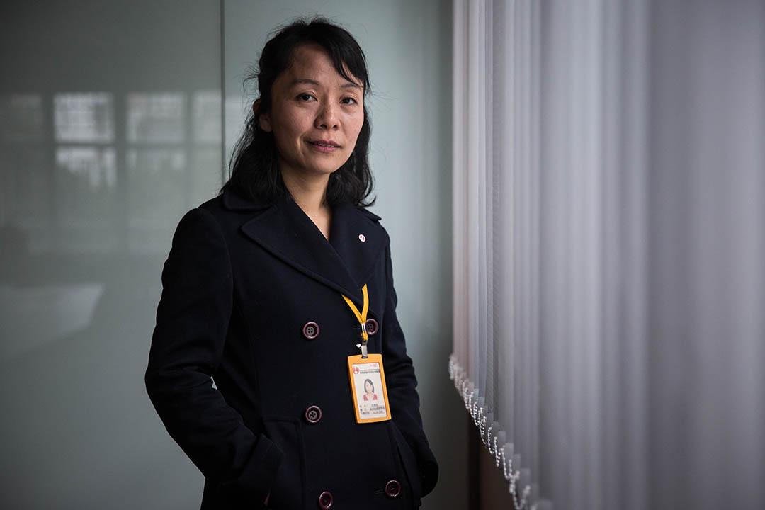 韋賽姬,40歲,香港撒馬利亞防止自殺會資深危機輔導員。攝:Billy H.C. Kwok/端傳媒