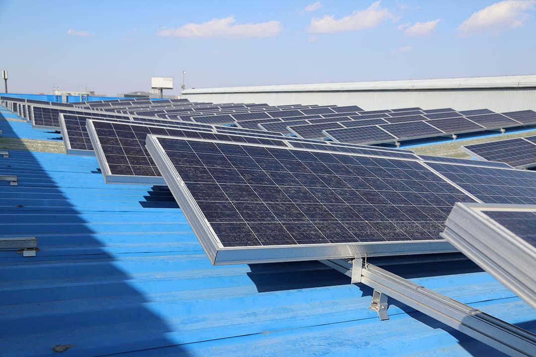 地鐵9號線開花車廠上安裝的太陽能板,由市民共同投資,享受回報。攝:孫賢亮/端傳媒