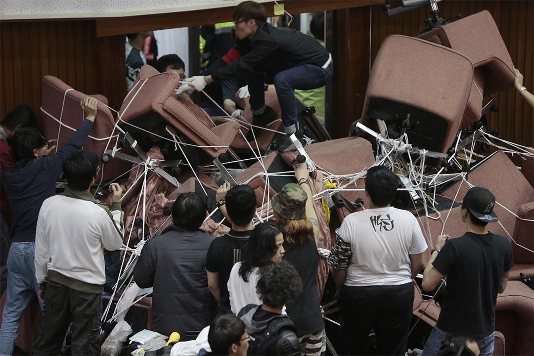 台灣反服貿協議學生衝進立法院,用椅子堵塞各個出入口。攝:Ashley Pon/Getty