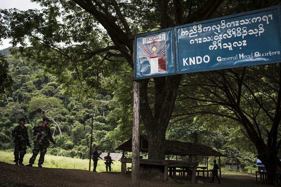 KNDO軍人在KNDO軍營總部戒備。攝 : Mathieu Willcocks/端傳媒