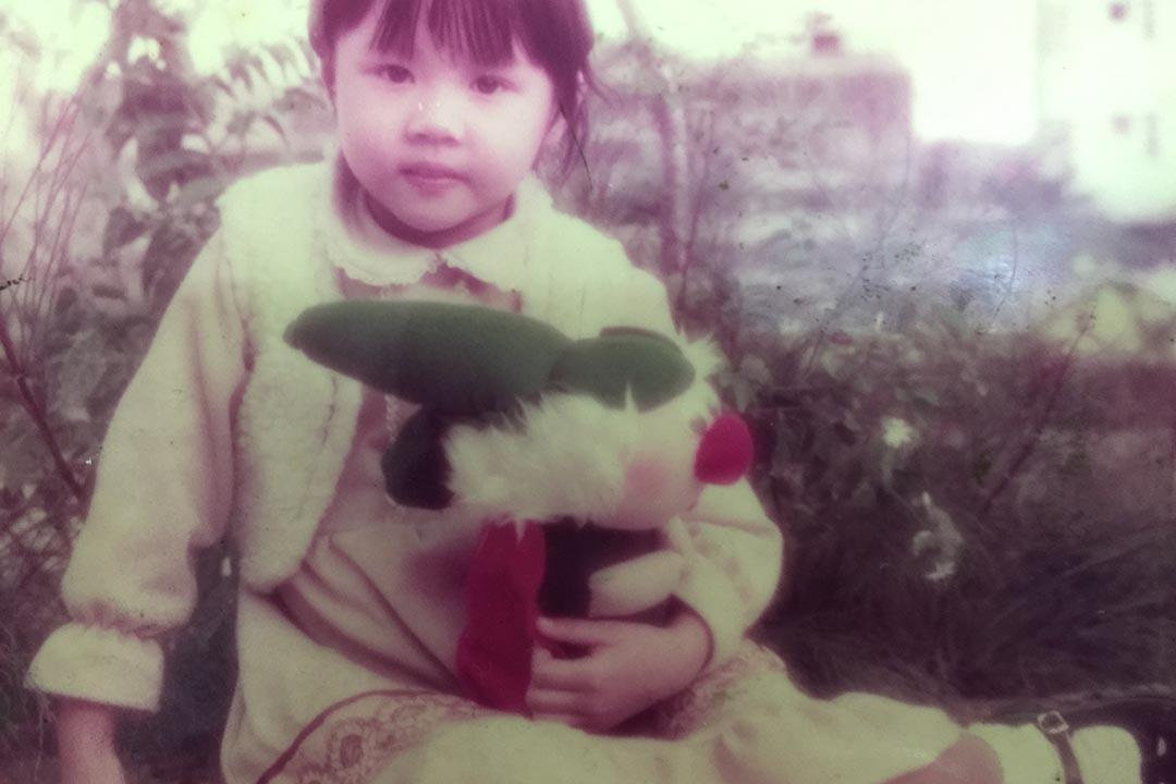 小時的羅泳嫻是個可人兒,甚得堂姐羅慧儀的愛錫。照片由羅泳嫻提供。