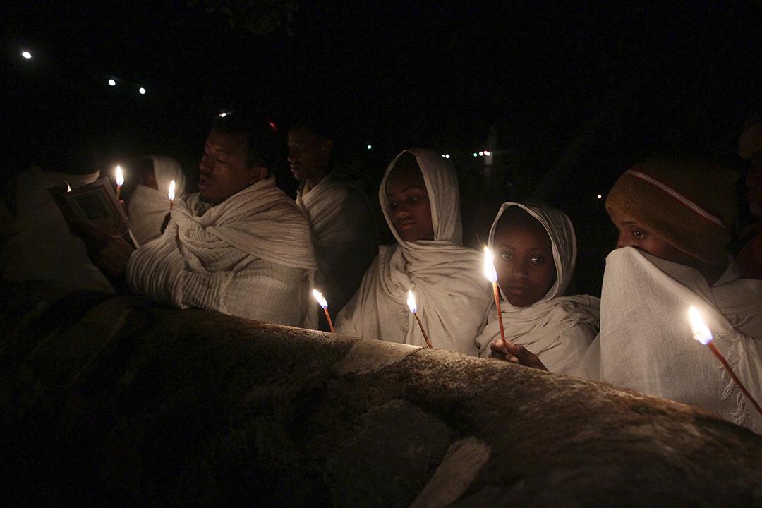 埃塞俄比亞東正教慶祝 Timket 活動前夕,教徒手持蠟燭紀念施洗約翰為耶穌基督施洗禮。攝:Tiksa Negeri/REUTERS