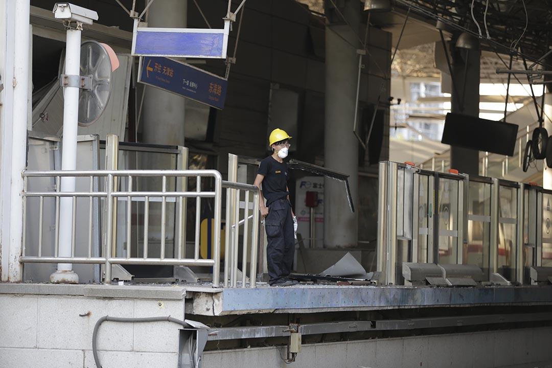 在臨近濱海新區的鐵路站,一名工作人員帶著口罩。