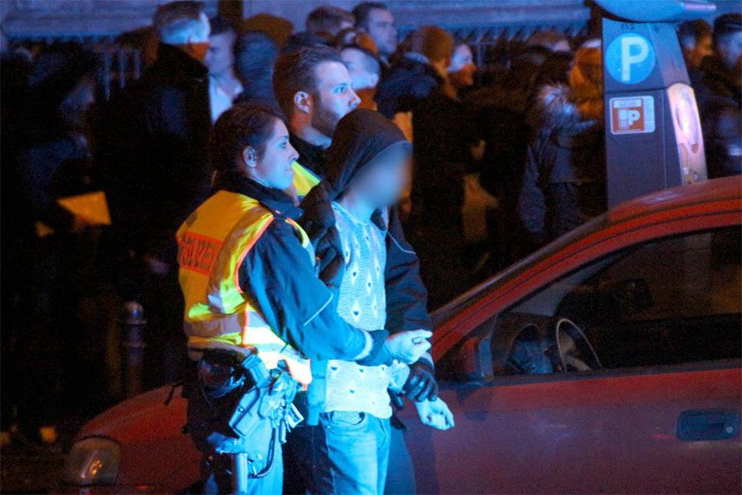 2016年1月1日,警方在科隆火車站前拘捕一名男子。攝:Markus Bohm/DPA/AFP