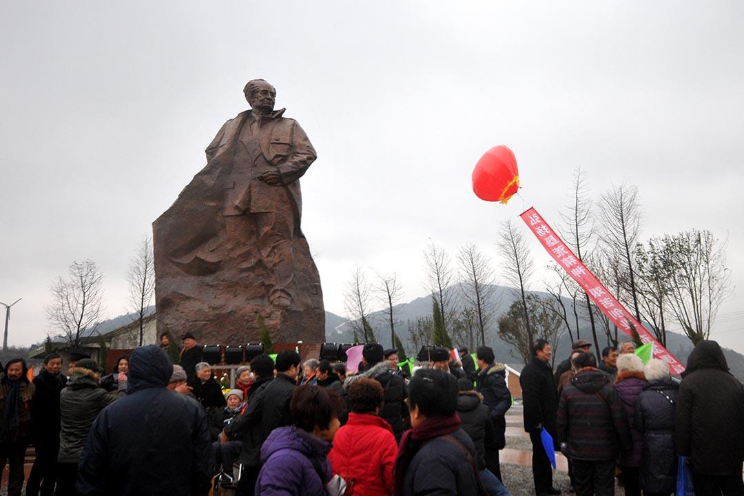 中國旅客參加胡耀邦銅像揭幕儀式。攝:JIA CE / IMAGINECHINA/ AFP