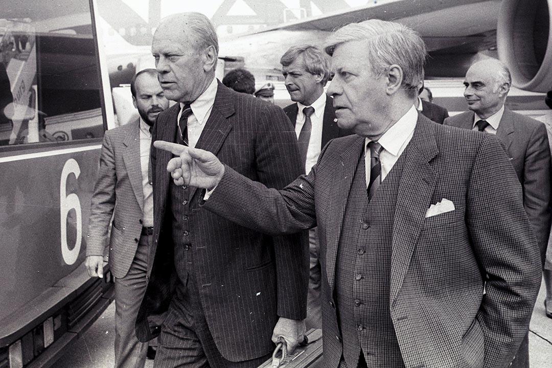 1985年8月29日,德國前總理施密特(右)在漢堡機場迎接美國前總統傑拉爾德·福特(左)。攝:Ulli Michel/REUTERS