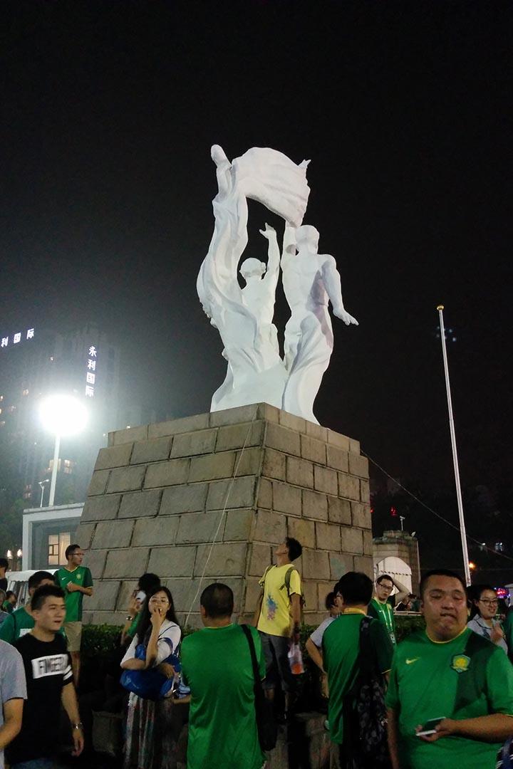 工體入口標誌性社會主義雕塑下穿Nike的國安球迷。攝:阿Lo