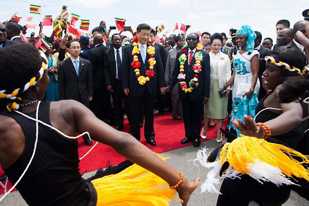 2015年12月1日,中國國家主席習近平出訪非洲津巴布韋進行國是訪問。攝:JEKESAI NJIKIZANA/AFP