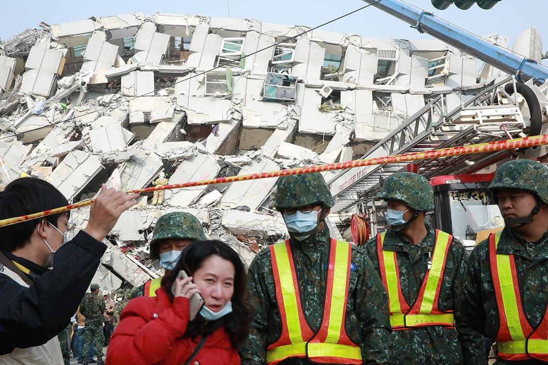 救援人員封鎖災區現場。攝 : 徐翌全/端傳媒