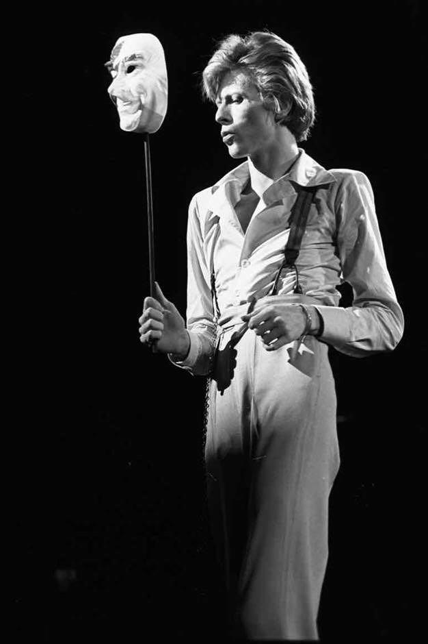 70年代的Bowie在音樂會上以帶來戲劇性的演出見稱,而早年他也曾學習劇場藝術。 圖片由作者提供