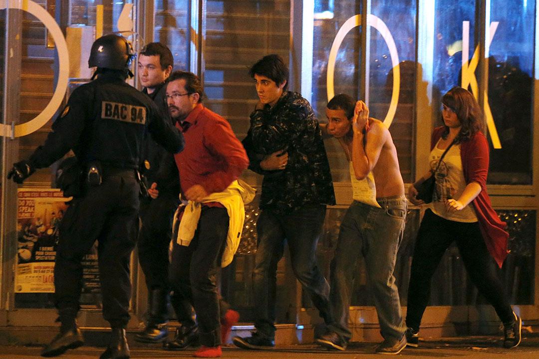 法國特警疏散民眾。攝:Christian Hartmann/REUTERS