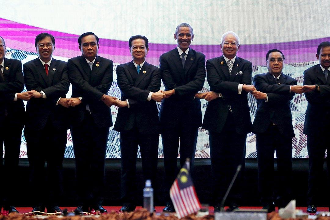 東盟成員國領導人在馬來西亞吉隆坡簽署建立東盟共同體的宣言。攝:Jonathan Ernst/REUTERS