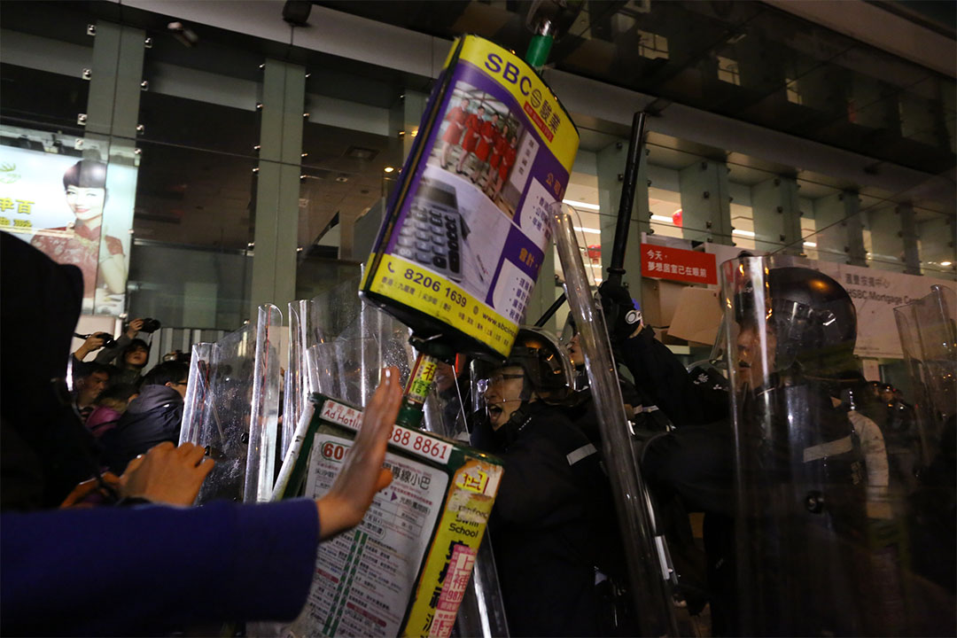 凌晨約6時,示威者以小巴站牌作武器。攝:盧翊銘/端傳媒
