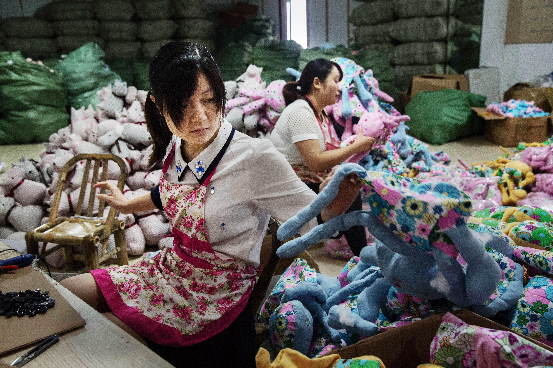 何偉:我覺得外國駐華記者的報導太注重北京、上海,錯過了很多內陸地區發生的事。圖為一名女工在中國浙江一間玩具工廠工作。攝:Kevin Frayer/Getty Images