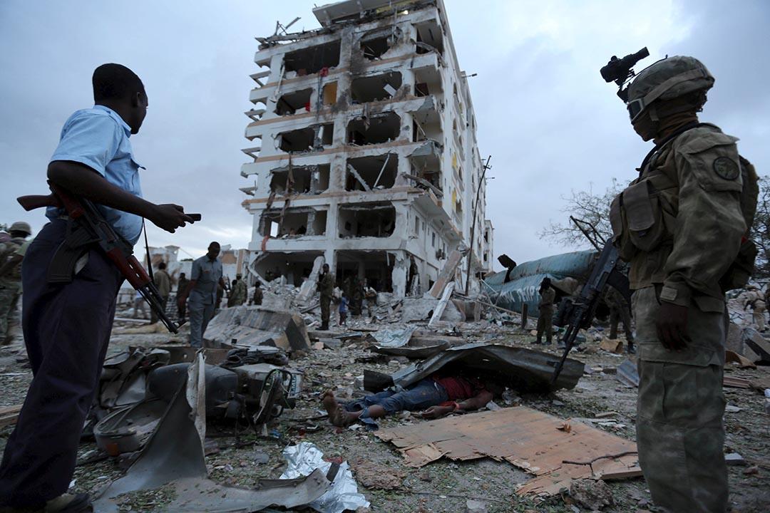 7月26日,中國駐索馬里的大使館駐地摩加迪沙(Mogadishu)「半島皇宮」酒店發生爆炸。圖為索馬里首都摩加迪沙的半島酒店被伊斯蘭激進組織索馬里青年黨成員開著一輛裝有炸藥的汽車炸成廢墟後,政府軍士兵在酒店的外站立。攝: Feisal Omar/REUTERS