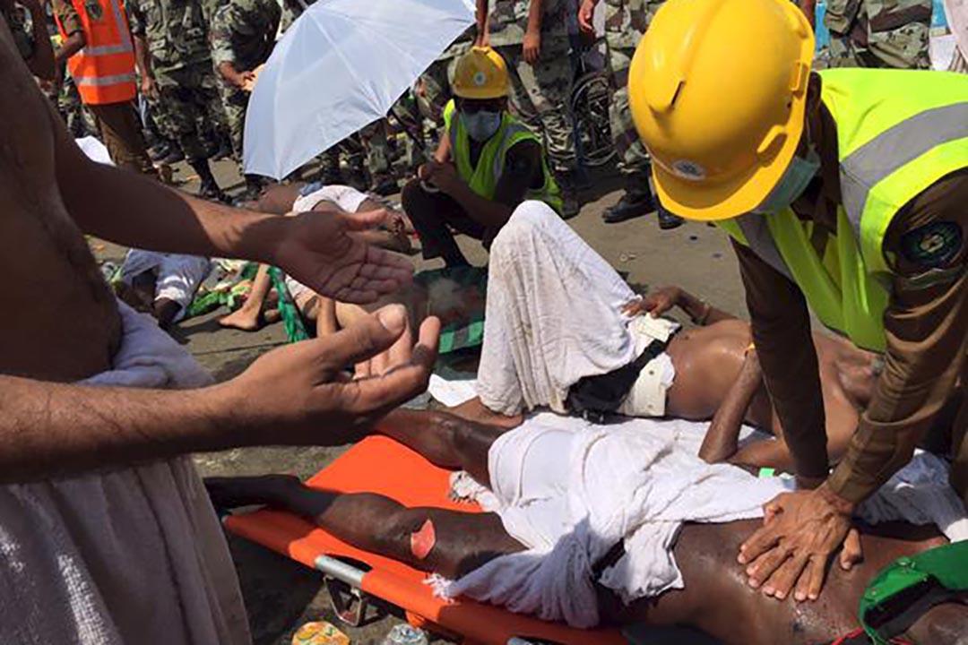 醫務人員和救援隊到麥加為朝聖踩踏事件的受害者給予救援。 攝 : Directorate of the Saudi Civil Defense/Handout via Reuters