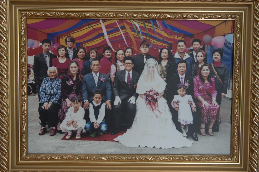 Talum Dusuluman(王光祿)的兒子結婚時所拍攝的全家福。攝:Alberto Buzzola/端傳媒