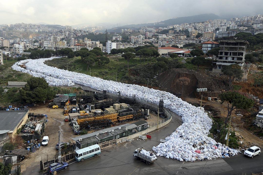 2016年2月23日,黎巴嫩垃圾危機持續,垃圾袋堆滿貝魯特街道。攝:Hasan Shaaban/Reuters