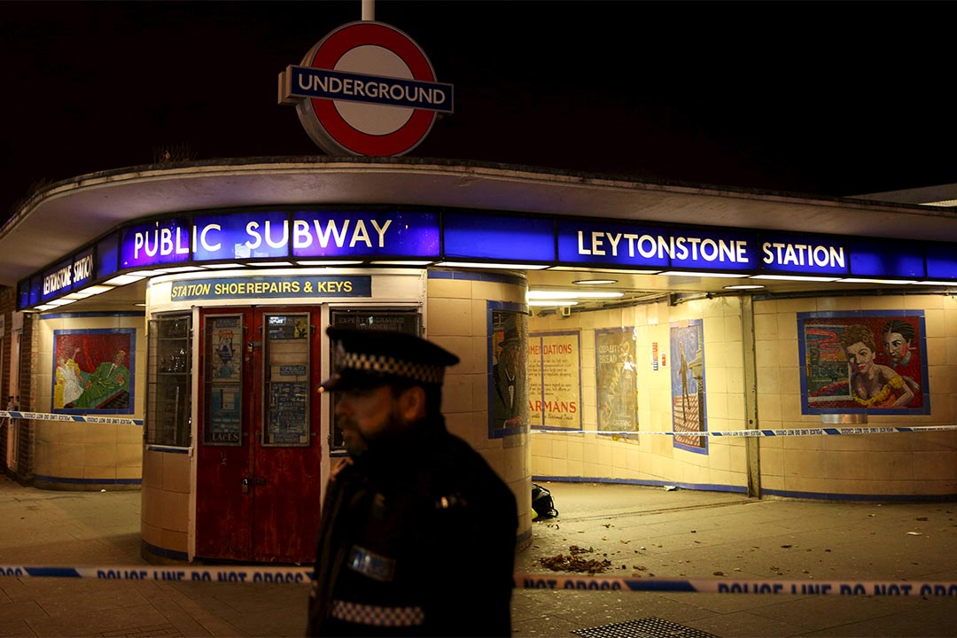 倫敦警方封鎖萊頓斯通地鐵站調查傷人事件。攝:Neil Hall/REUTERS
