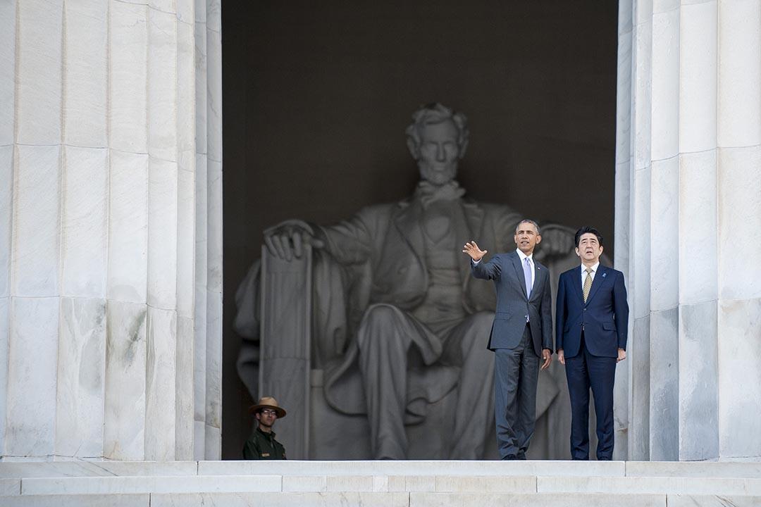 美國總統奧巴馬與日本首相安倍晉三參觀林肯紀念堂。攝 : Pete Marovich-Pool/Getty Images