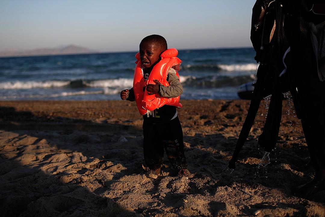 一名來自岡比亞的男童成功從土耳其偷渡到希臘後哭泣。
