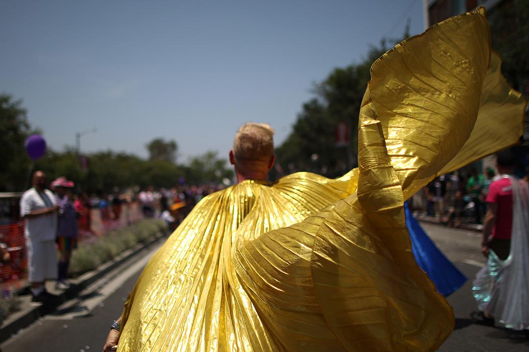 2014年6月8日,美國,一名男子披着金色斗篷參加在洛杉磯舉行的同志遊行。攝:David McNew/GETTY