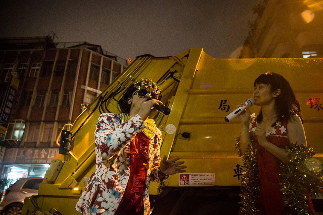 原型樂園把「日常」顛覆為「非常」,把倒垃圾看成一齣小型街頭戲劇。攝:Billy H.C. Kwok/端傳媒
