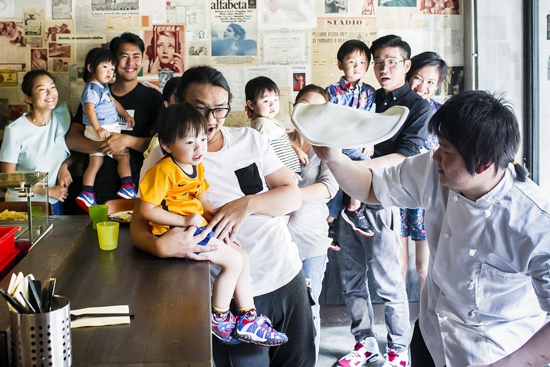 Yani是個大細路,獨門秘技轉麵糰,逗得小朋友笑不攏嘴。攝:Keith Tsuji/ 端傳媒
