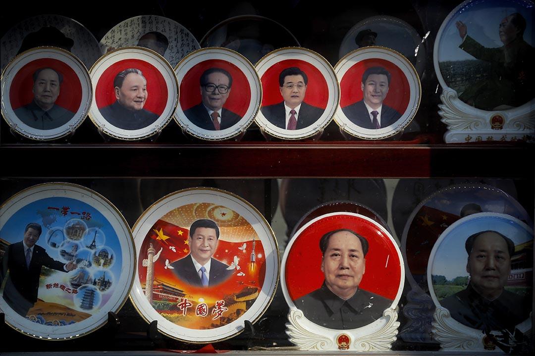 2016年3月1日,北京天安門廣場附近一家店鋪售賣印有國家主席習近平和與其他中國領導人的紀念品。攝:Andy Wong/AP