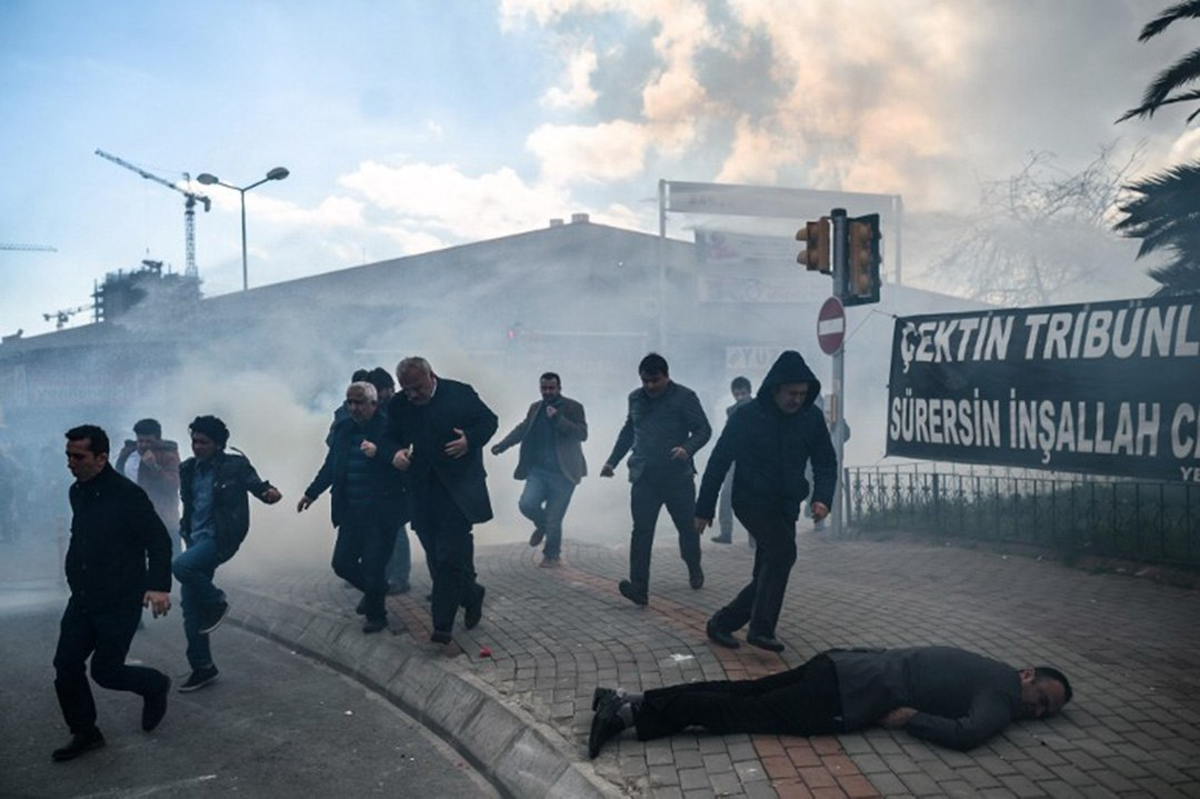 一名示威者在防暴警察施放催淚瓦斯後暈倒在地。攝:OZAN KOSE/AFP