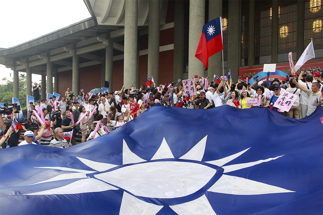 國民黨支持者在台北搖旗為洪秀柱成為國民黨總統選舉候選人助威。攝:Pichi Chuang/REUTERS