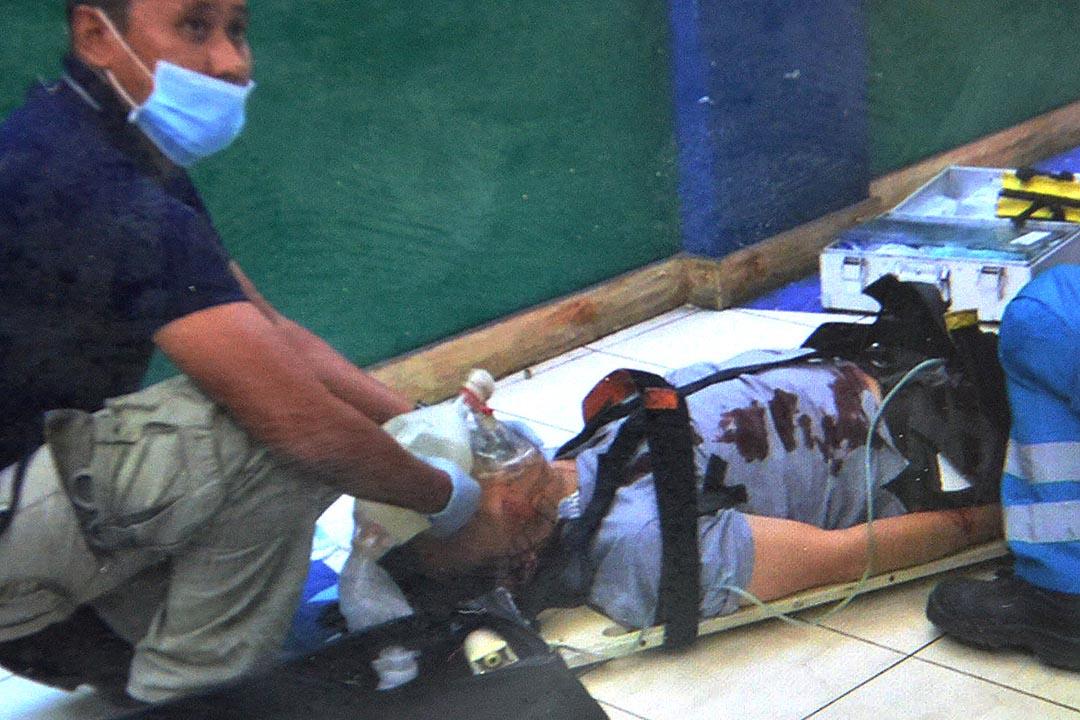 在槍擊案中受傷的中國駐宿霧領事館職員接受醫護人員救治。攝 : Alan tangcawan/端傳媒
